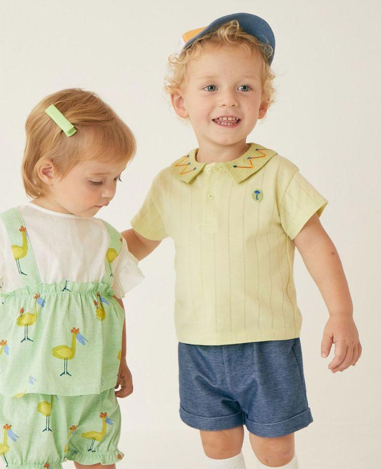 画像:カラフルな刺繍付きのチェック柄の襟がポイントのトップスにシンプルなデニムライクパンツを合わせセットコーデ